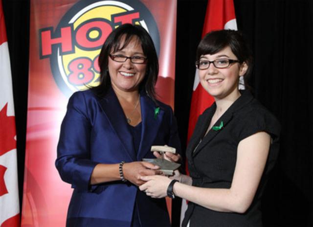 La ministre Aglukkaq a présenté à Mme Campbell un authentique ulu inuit provenant du Nunavut, territoire natal de la ministre. Dans la culture inuite, le ulu symbolise la force. (Groupe CNW/Santé Canada)