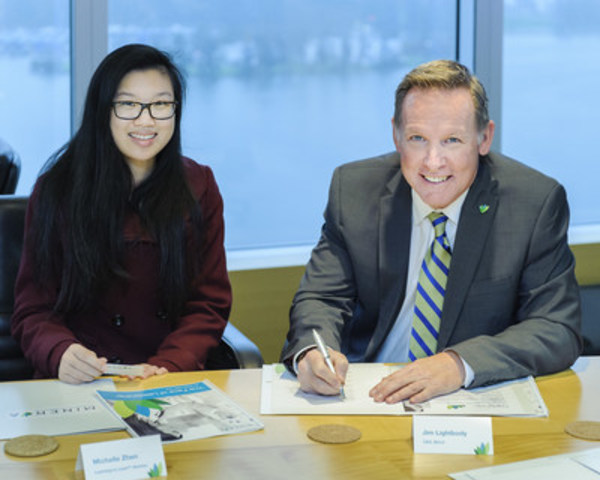 Jim Lightbody, President and CEO, BCLC vows to Learning to Lead™ Alumna Michelle Zhen to promote opportunities for women in leadership roles in the future.  (CNW Group/Minerva Foundation for BC Women)
