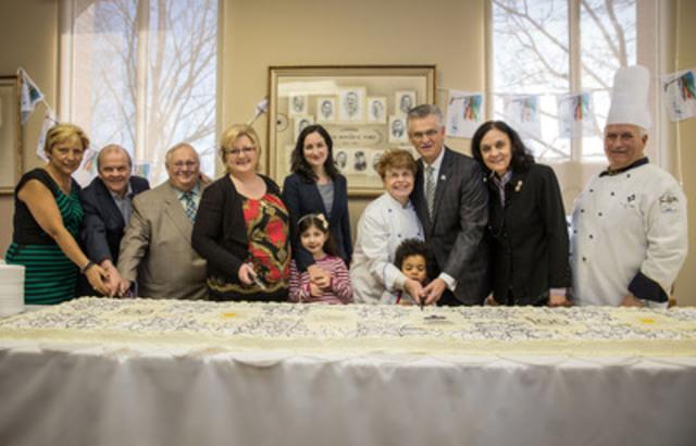 En présence de centaines de citoyens, étaient réunis aujourd'hui, à la mairie d'arrondissement, devant un gâteau géant célébrant les cent ans de Montréal-Nord, Brunilda Reyes, des Fourchettes de l'Espoir, Robert Richard, de la Caisse Desjardins de Montréal-Nord, Claude Poirier, de la Société Montréal-Nord 2015, Chantal Rossi, élue responsable du centenaire, Marie Montpetit, députée de Crémazie, la réputée Sœur Angèle, Gilles Deguire, maire de Montréal-Nord, Rita de Santis, députée de Bourassa-Sauvé et Denis Paquin, de l'École hôtelière Calixa-Lavallée. (Groupe CNW/Arrondissement de Montréal-Nord (Ville de Montréal))