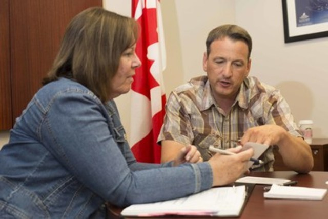 L'honorable Greg Rickford, ministre des Ressources naturelles du Canada, et l'honorable Margaret McCuaig-Boyd, ministre de l'Énergie de l'Alberta, ont tenu aujourd'hui leur première rencontre officielle à Calgary. Ils ont parlé de ce qui importe pour les Albertains et les Canadiens : l'emploi, la croissance économique et une prospérité durable. (Groupe CNW/Ressources naturelles Canada)