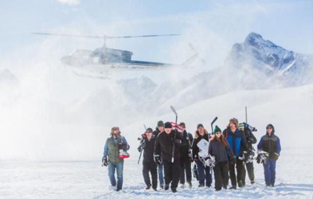 Les gagnants du concours #FOUDUHOCKEY de Molson Canadian arrivent à la patinoire extérieure épique au coeur des Rocheuses (Groupe CNW/MOLSON CANADIAN)