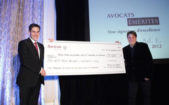Le bâtonnier du Québec, Me Nicolas Plourde remet un chèque de 17 655 $ à M. Bernard St-Jacques, du Réseau d'aide aux personnes seules et itinérantes de Montréal (RAPSIM). (Groupe CNW/BARREAU DU QUEBEC)