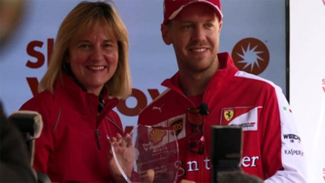 Vidéo: Sebastian Vettel met au défi les amateurs locaux dans une course virtuelle afin de découvrir la meilleure protection globale du moteur offerte par la nouvelle essence super Shell V-Power(md) NiTRO+