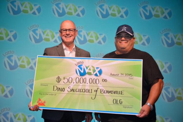 Greg McKenzie, dirigeant principal, Exploitation à OLG remet à Dino Salciccioli, de Beamsville, le chèque de son gain de 50 millions de dollars à LOTTO MAX au Centre des prix OLG à Toronto. (Groupe CNW/OLG Winners)