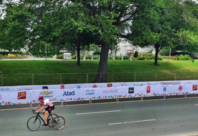 Le cycliste Louis-Albert Jolin-Corriveau, de l'Équipe de relève CIBC, remporte la médaille de bronze aux Jeux parapanaméricains de Toronto. (Groupe CNW/Banque Canadienne Impériale de Commerce)