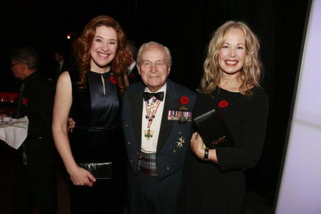 Clara Hughes, porte-parole de Bell Cause pour la cause, le lieutenant-général honoraire Richard Rohmer et Mary Deacon, présidente de Bell Cause pour la cause, lors du souper-hommage annuel La patrie gravée sur le cœur. (Groupe CNW/Bell Canada)