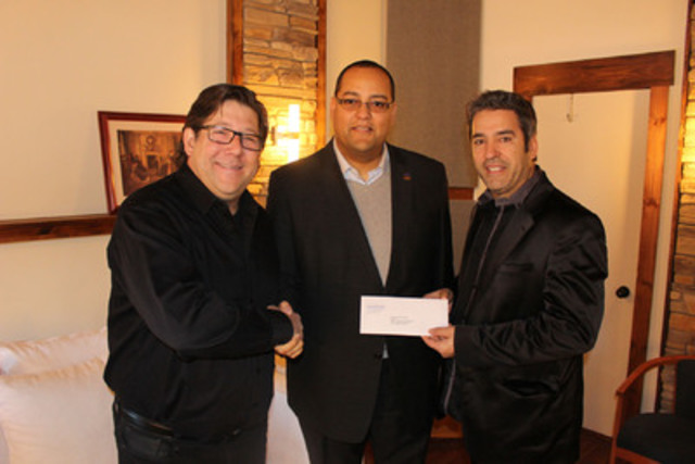 De gauche à droite : Manuel Moreau, président du CA de TVRL, Saul Polo, député de Laval-des-Rapides, Edouardo Da Costa, directeur général de TVRL (Groupe CNW/Cabinet de la ministre de la Famille)