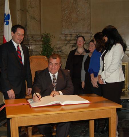 M. Javier San Juan, récipient du Prix Interculturel Abe Limonchik 2012, signe le livre d'or (Groupe CNW/L'OREAL CANADA INC.)