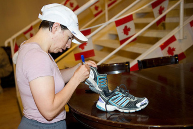 Captain (Capt) Krystal Turner, member of the Mission Transition Task Force (MTTF), decorating her shoes for the Run for the Cure. (CNW Group/Canadian Breast Cancer Foundation (Ontario Chapter))