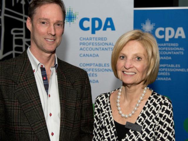 David Trahair, CPA, CA, auteur du livre Retraite en vue : Guide du retardataire –- Comment rattraper le temps perdu en dix ans ou moins, et Cairine Wilson, vice-présidente, Responsabilité sociétale, à CPA Canada. (Groupe CNW/CPA Canada)