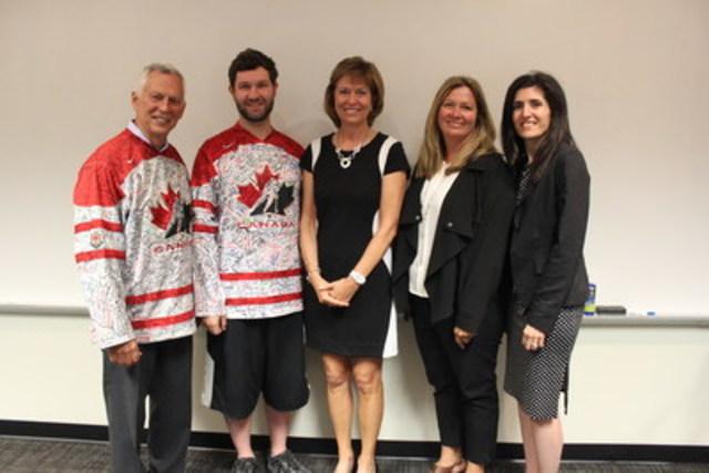Le mardi 19 juillet, UPS Canada a accueilli l'organisme MySafeWork et Pam Damoff, députée, afin de célébrer la sécurité en milieu de travail et de sensibiliser les gens avec un événement de « chandail du courage ». MySafeWork visite des entreprises et des institutions qui font de la sécurité de ses employés et du lieu de travail une priorité. Les employés d'UPS Canada ont participé à l'événement en signant leur nom sur le « chandail du courage » du premier ministre Justin Trudeau, qui lui sera remis en 2017. Chaque signature représente un engagement à faire du Canada une sommité en matière de sécurité au travail.  De gauche à droite : Rob Ellis, président de MySafeWork, Justin Rourke, commis d'entrepôt chez UPS Canada, Pam Damoff, députée de Oakville North-Burlington, Carolyn Mueller, directrice aux activités opérationnelles chez UPS Canada, et Cristina Falcone, vice-présidente aux affaires publiques chez UPS Canada. (Groupe CNW/UPS Canada Ltee.)