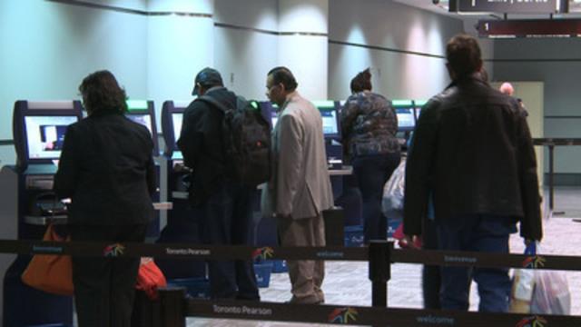 Video: L'ASFC accueille les citoyens et les résidents permanents du Canada de retour au pays avec de nouvelles bornes de CFA à l'aérogare 3 de l'aéroport international Pearson de Toronto