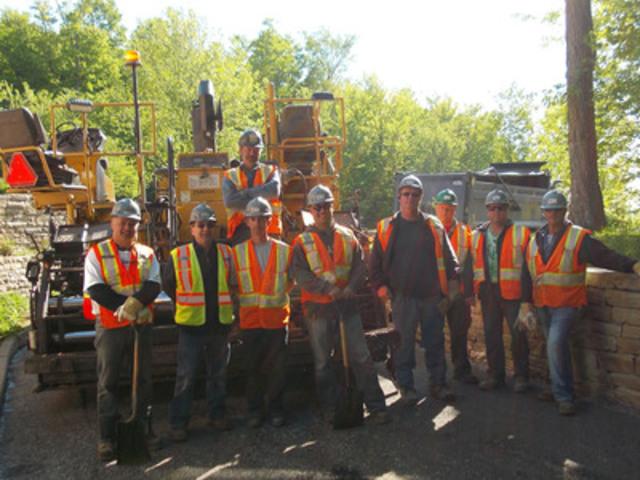 Des employés bénévoles de Holcim Canada après avoir refait le pavage de la cour de la Maison Victor Gadbois, St-Mathieu-de-Beloeil (Groupe CNW/Holcim Canada Inc.)