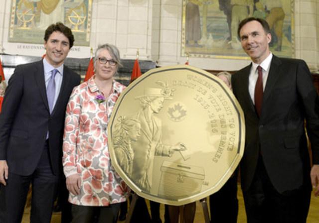 Le très honorable Justin Trudeau, premier ministre du Canada, l'honorable Patty Hajdu, ministre de la Condition féminine et l'honorable Bill Morneau, ministre des Finances, dévoilent une nouvelle pièce de circulation de un dollar commémorant le 100e anniversaire du droit de vote des femmes au Canada. (Groupe CNW/Monnaie royale canadienne)
