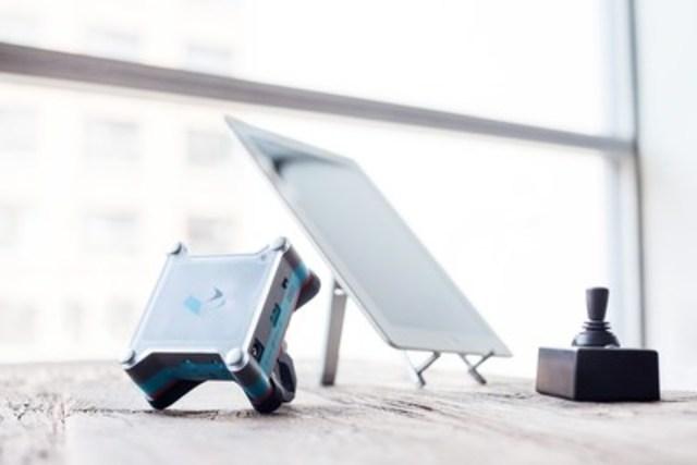Tecla, un appareil qui permet aux clients ayant des contraintes physiques dans la partie supérieure du corps d'utiliser des téléphones intelligents et des tablettes, est maintenant disponible chez Bell (Groupe CNW/Bell Canada)