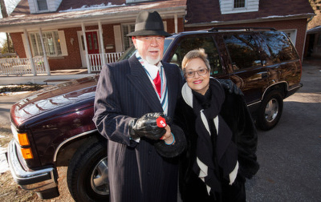Don Cherry donates vehicle to Kidney Foundation, handing keys to volunteer Niloufer Bhesania. (CNW Group/Kidney Foundation of Canada)