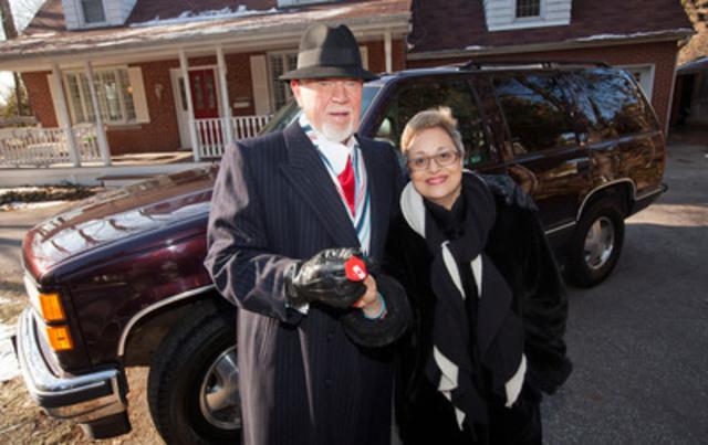Don Cherry donates vehicle to Kidney Foundation, handing keys to volunteer Niloufer Bhesania. (CNW Group/Kidney Foundation of Canada)
