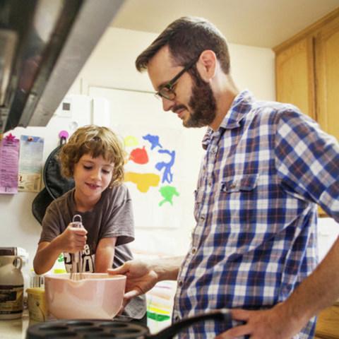 L''équipe des diététistes des Producteurs laitiers du Canada dévoile aujourd''hui son tout nouveau site web cuisinonsenfamille.ca. Cette nouvelle plateforme vise à accompagner les parents dans la transmission du savoir culinaire à leurs enfants. (Groupe CNW/Les Producteurs laitiers du Canada (Marketing et Nutrition))