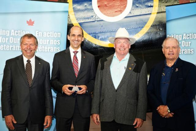 Le ministre Steven Blaney en compagnie du ministre d'État Ted Menzies, du maire John Blake et de Karl Kjarsgaard du Musée du Bomber Command du Canada lors d'une annonce de fonds aujourd'hui à Nanton, en Alberta (Groupe CNW/Anciens Combattants Canada)