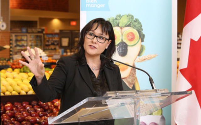L'honorable Leona Aglukkaq, ministre de la Santé, a aujourd'hui annoncé la dernière phase de la campagne de saine alimentation de Santé Canada dans une épicerie d'Ottawa. (Groupe CNW/Santé Canada)