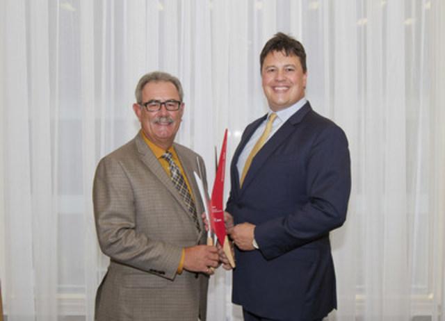 Tom Payne, chef de la direction financière, et Cal Harvey, PDG, Modus Structures, gagnent le Prix résilience entrepreneuriale BDC de 2015 (Groupe CNW/Banque de développement du Canada)