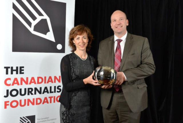 Le gagnant de l'an dernier du Prix d'excellence en journalisme Jackman de la FJC dans la catégorie grande des médias était le Globe and Mail. Ingrid Peritz, correspondante basée à Montréal, et David Walmsley, rédacteur en chef, ont accepté le prix. Le CJF accepte maintenant les soumissions pour le programme de récompenses de cette année . (Groupe CNW/La Fondation pour le journalisme canadien)