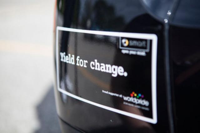 Les participants du défilé smart pour le festival WorldPride ont reçu des autocollants pour pare-chocs sur le thème de la fierté (Groupe CNW/smart Canada)