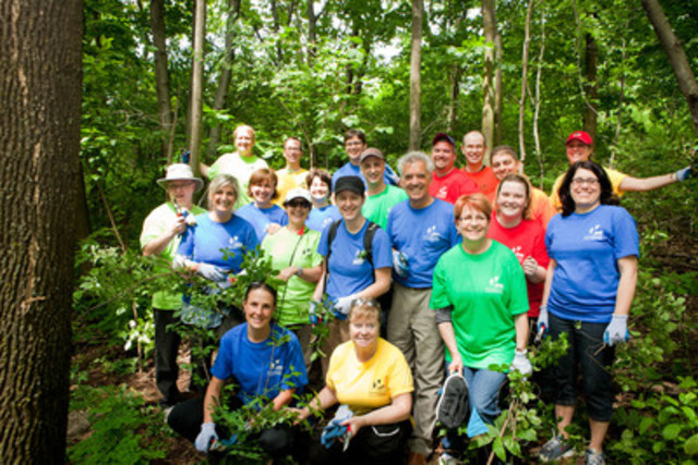 Palais des congrès CEO Marc Tremblay, along with the employees who lent a helping hand to Les Amis de la montagne by planting trees and controlling invasive shrubs on Mount Royal. (CNW Group/Palais des congrès de Montréal)