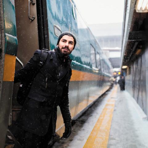Alors que des millions de voyageurs feront face à la congestion routière et aux inclémences de l'hiver pendant le période des Fêtes, VIA Rail Canada met tout en place afin de permettre aux voyageurs de laisser les bouchons derrière et s'offrir une vraie pause en tout confort et en toute sécurité. Fort de sa popularité, grâce notamment à des départs supplémentaires et des améliorations de service au cours de l'année, VIA Rail prédit une période très achalandée pendant le temps des Fêtes. (Groupe CNW/VIA Rail Canada Inc.)