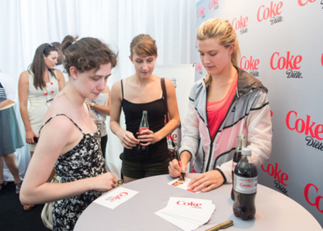 Genie shares a special moment of happiness and a Diet Coke with fans in her hometown. (CNW Group/Coca-Cola Canada)