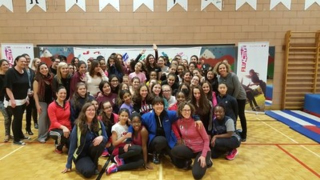 Les jeunes filles du programme de Fillactive de l'école Louise Trichet reçoivent de nouvelles espadrilles de la part de L'Effet A et de Sophie Brochu, PDG de Gaz Métro. (Groupe CNW/L'effet A)
