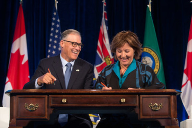 La première ministre de la Colombie-Britannique Christy Clark et le gouverneur de l'état de Washington Jay Inslee signent un protocole d'entente dans le cadre de la Emerging Cascadia Innovation Corridor Conference tenue à Vancouver, en Colombie-Britannique, le 20 septembre 2016. (Groupe CNW/Microsoft Canada Inc.)