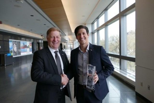 Le maire de Laval, Marc Demers, en compagnie de Personnalité de la relève municipale de l'année 2016, selon l'UMQ, Stéphane Boyer, conseiller du district Duvernay Pont-Viau à Laval. (Groupe CNW/Ville de Laval)