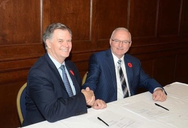 Agriculture Minister Lyle Stewart and Garth Whyte, President & CEO of Fertilizer Canada sign Memorandum of Cooperation. (CNW Group/Fertilizer Canada)