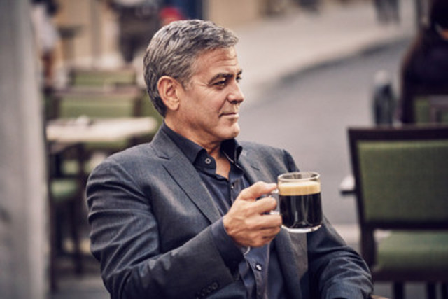 George Clooney sur le plateau de tournage de la nouvelle campagne marketing intégrée de Nespresso « Découvrez un café d''exception » qui sera lancée le 2 novembre prochain. Nespresso a annoncé aujourd'hui que George Clooney poursuivra son association avec la marque en devenant leur nouvel ambassadeur international.  (Groupe CNW/Nestle Nespresso SA)