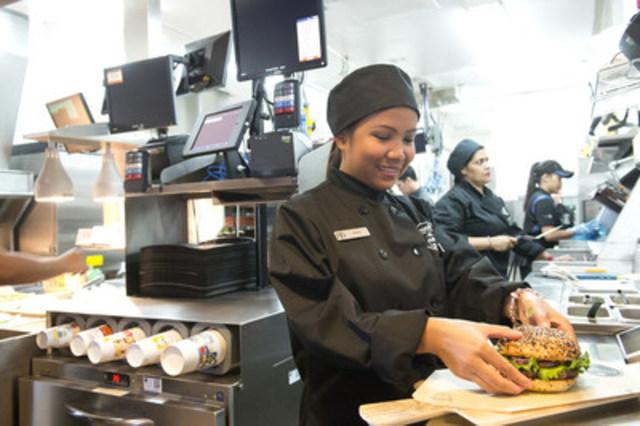 McDonald's du Canada prévoit créer jusqu'à 15 000 nouveaux emplois en lien avec cette transformation de sa marque et s'attend à atteindre le cap des 100 000 employés dans ses restaurants de la compagnie et de franchisés d'ici la fin de 2017. (Groupe CNW/McDonald's Canada)