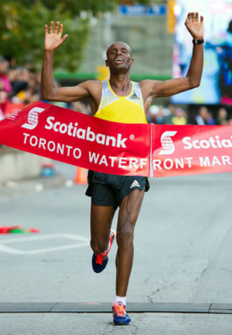 Deressa Chimsa triumphantly crosses the finish line at the Scotiabank Toronto Waterfront Marathon in 2:07:05, setting a new course record for the fastest time ever run on Canadian soil. (CNW Group/Scotiabank - Sponsorships & Donations)