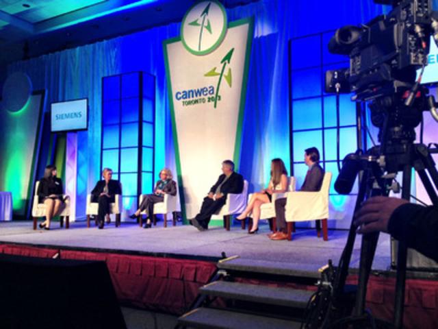 Des leaders de l'industrie de l'énergie éolienne discutent de l'expérience de l'énergie éolienne en Ontario, le 8 octobre 2013. (Groupe CNW/Association canadienne de l'énergie éolienne)