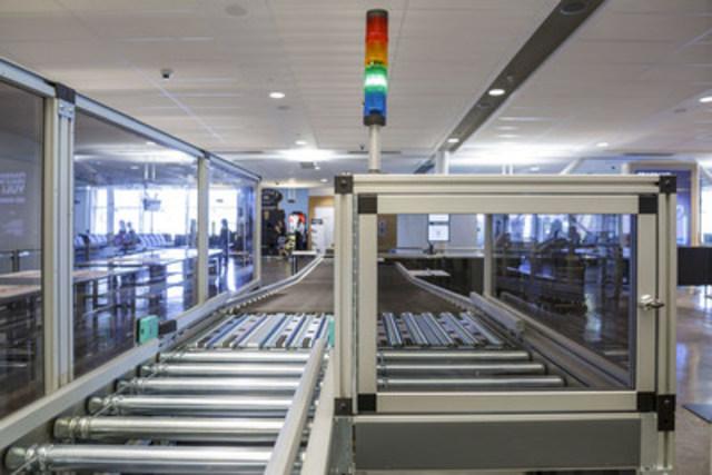Dérouteur de bagages motorisé qui envoie les bagages rejetés vers une voie en vue d'un contrôle supplémentaire. (Groupe CNW/Administration canadienne de la sûreté du transport aérien (ACSTA))