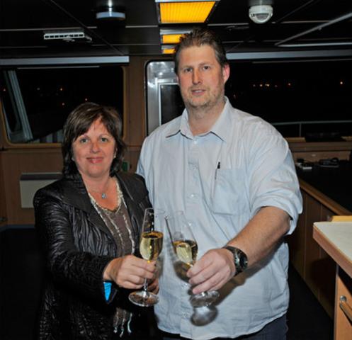 Accueil du premier océanique de l'année - La présidente-directrice générale de l'Administration portuaire de Montréal, Mme Sylvie Vachon (à gauche) a accueilli hier soir le capitaine Jendrik Fuerstenberg, commandant du M.T. Seasprat, premier océanique entré au port de Montréal en 2012. (Groupe CNW/PORT DE MONTREAL)