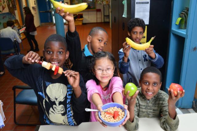 Des élèves d'une école élémentaire participant à un programme nutritionnel financé par Déjeuner pour apprendre, à Toronto, en Ontario. (Groupe CNW/Staples Canada/Bureau en Gros)