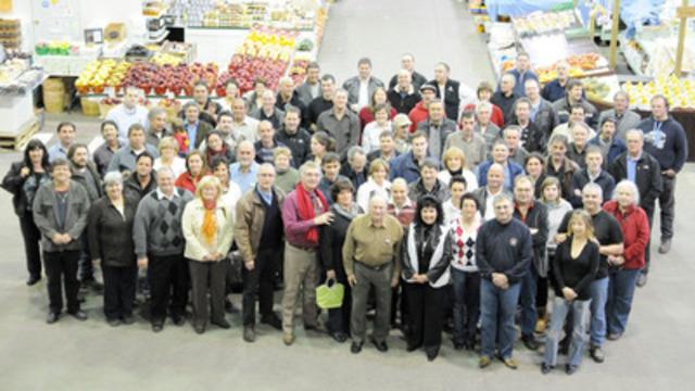 Les membres de la CGMPM du Marché Jean-Talon (Groupe CNW/CORPORATION DE GESTION DES MARCHES PUBLICS DE MONTREAL)