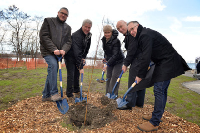 From left to right: Nick Saccone, Senior Director, Toronto and Region Conservation Authority; Rob Keen, CEO, Forests Ontario; Paula Fletcher, Councillor, Ward 30, City of Toronto; John Campbell, CEO, Waterfront Toronto; Andrew Sorbara, Chair of Toronto Parks and Trees Foundation. (CNW Group/Waterfront Toronto)