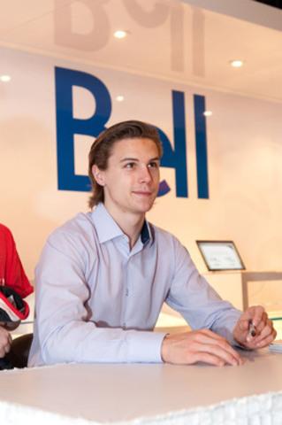Erik Karlsson, un joueur des Sénateurs d'Ottawa, signant des autographes au kiosque Bell pendant le Festival des partisans de la LNHMD Banque Scotia à Ottawa le 26 janvier 2012. (Groupe CNW/BELL CANADA)