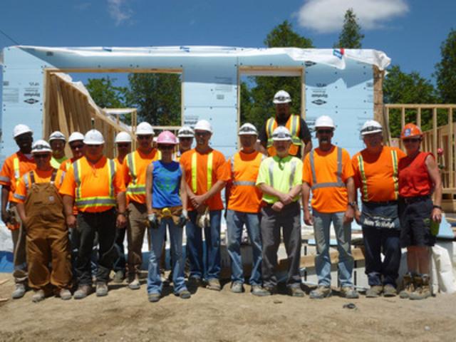 Les employés de la carrière d'Ogden Point participe à la construction de la première maison d'Habitat pour l'humanité Northumberland, Colborne (Groupe CNW/Holcim Canada Inc.)