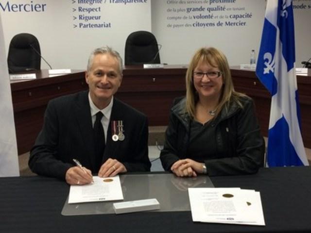 M. Daniel Rousseau, Directeur du Service de police de la Ville de Mercier en compagnie de la mairesse, Mme Lise Michaud (Groupe CNW/Ville de Mercier)
