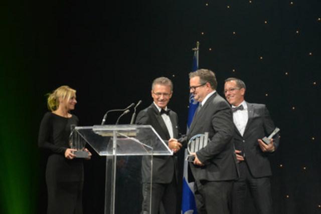 François-Xavier Souvay, président et fondateur de Lumenpulse, couronné Entrepreneur de l'année d'EY 2015 pour le Québec reçoit le prix présenté par Sylvain Vincent, associé directeur pour le Québec chez EY.  Photo : Martine Larose, photographe. (Groupe CNW/EY (Ernst & Young))