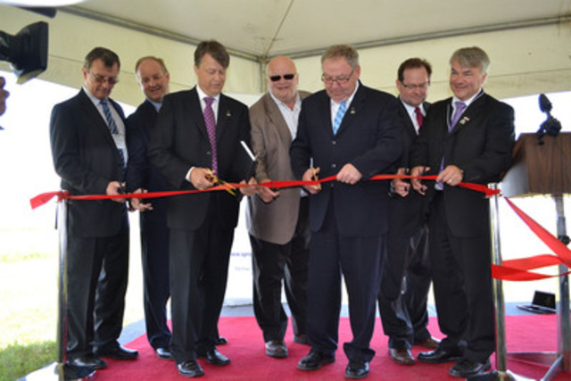 Sprott Power CEO Jeff Jenner hosts Nova Scotia Premier Darrell Dexter and other dignitaries at today's ribbon-cutting ceremony at the company's wind farm in Amherst, Nova Scotia. (CNW Group/Sprott Power Corp.)