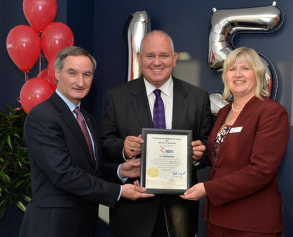 Le maire de Markham, l''honorable Frank Scarpitti, remet une plaque au centre d''affaires BDC à Markham à l''occasion de sa certification LEED. (Groupe CNW/Banque de développement du Canada)