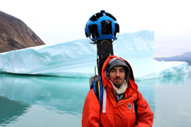 Un membre de l'équipe Google utilise la caméra panoramique Trekker pour saisir des images par bateau au Nord du fjord Pangnirtung dans le Parc national Auyuittuq, au Nunavut. (Groupe CNW/Parcs Canada)